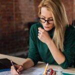 Geschäftsfrau schaut sich Meisterplan Berichte an